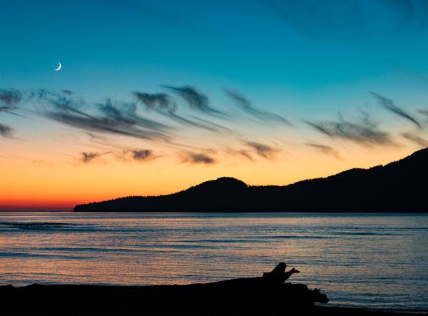 vancouver-island-sunset-moon-west-coast-bc-canada-SBC9U2U.jpg