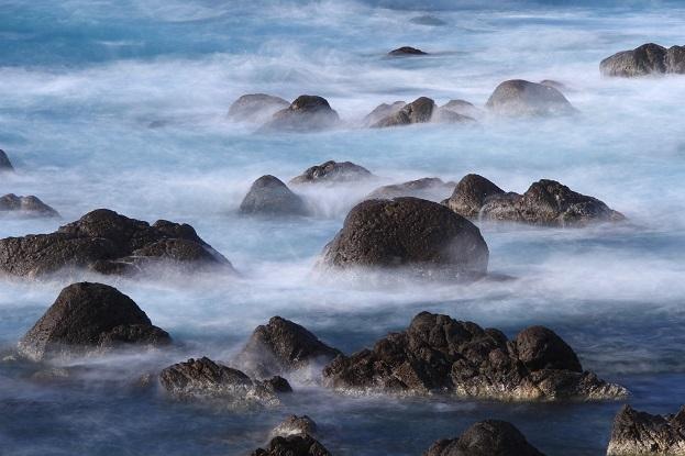 波をかぶる岩礁