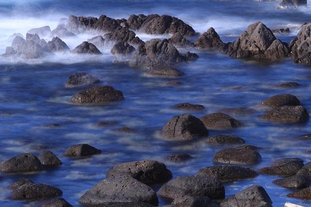 波をかぶる岩礁2