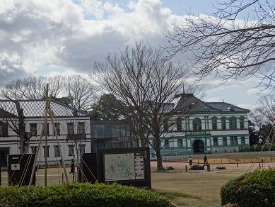 国立近代美術館工芸館前