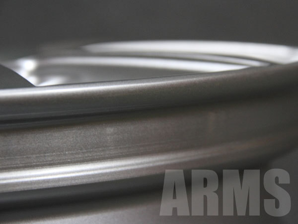 スタッドレスタイヤ用のアルミホイールを修理