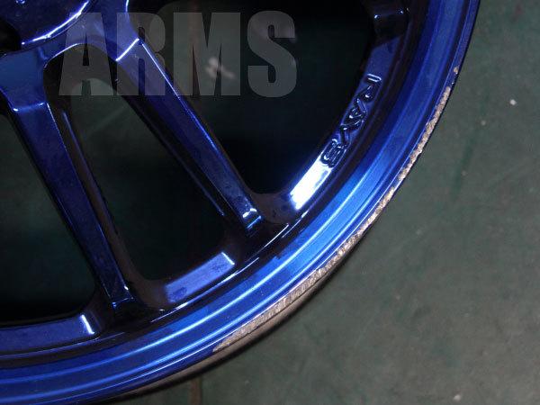 ブルーのホイールリムを修理
