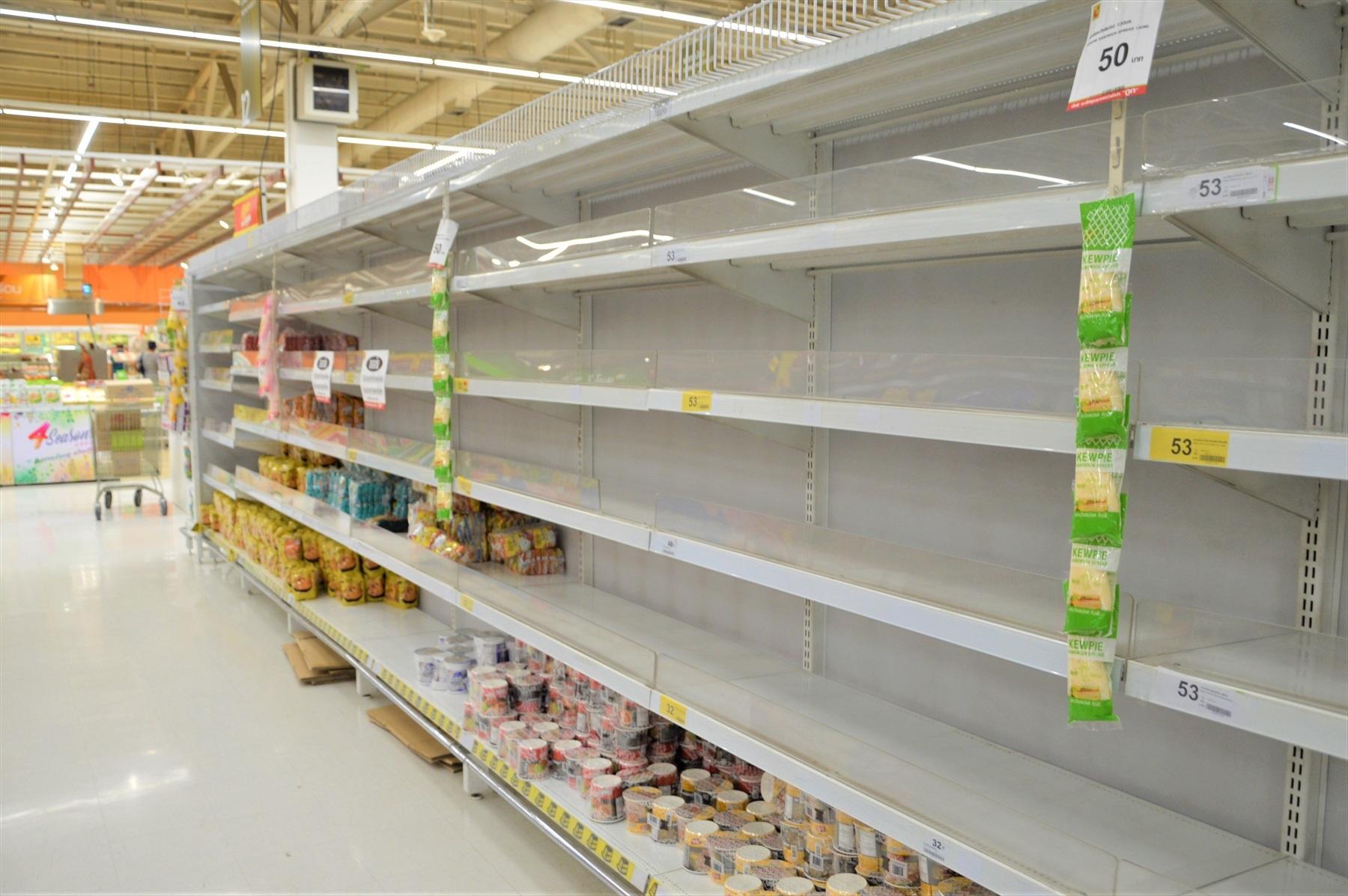 不人気商品だけ売れずに残っている麺の棚