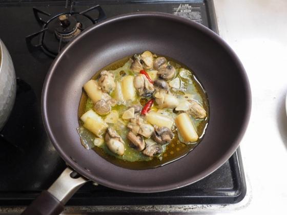 牡蠣のアヒージョパスタ010