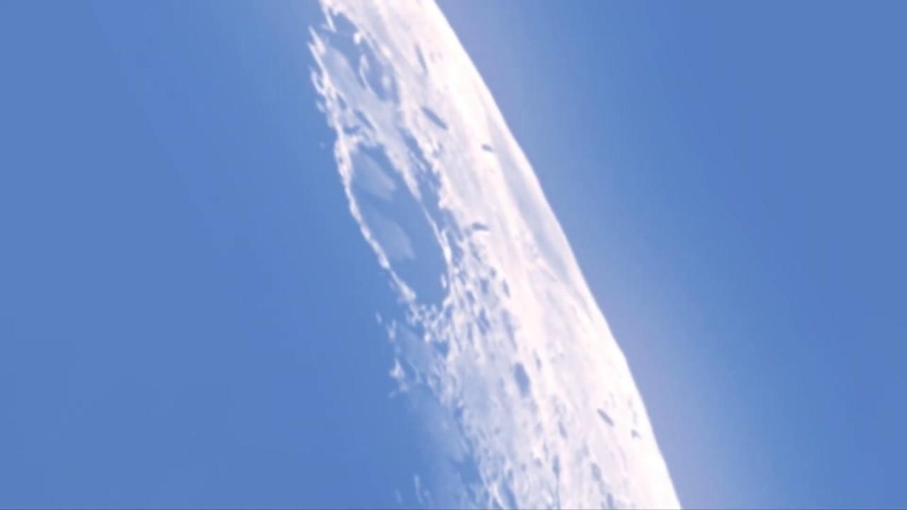 月の上空に浮遊する、謎の未確認飛行物体!!