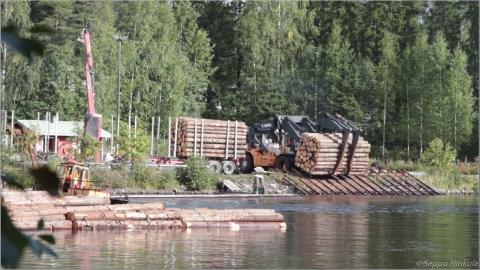 材木を湖に浮かべる作業_01