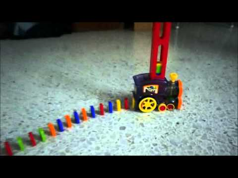 ドミノを立てながら進む電車の玩具がかわいい!!
