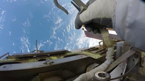 宇宙船での作業風景_01