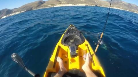 サメと戦うボートの男_01
