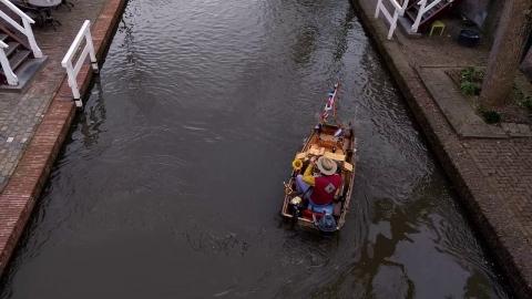 小船に乗ってトランペットを演奏_01