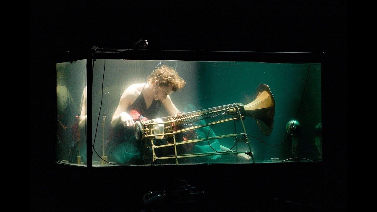 水中で演奏するコンサートがカオス過ぎる!!
