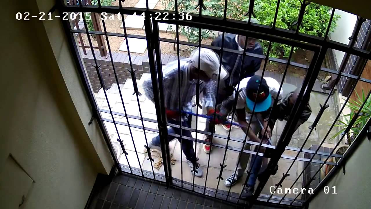 バールを使って家に侵入しようとする強盗集団が恐ろしい!!