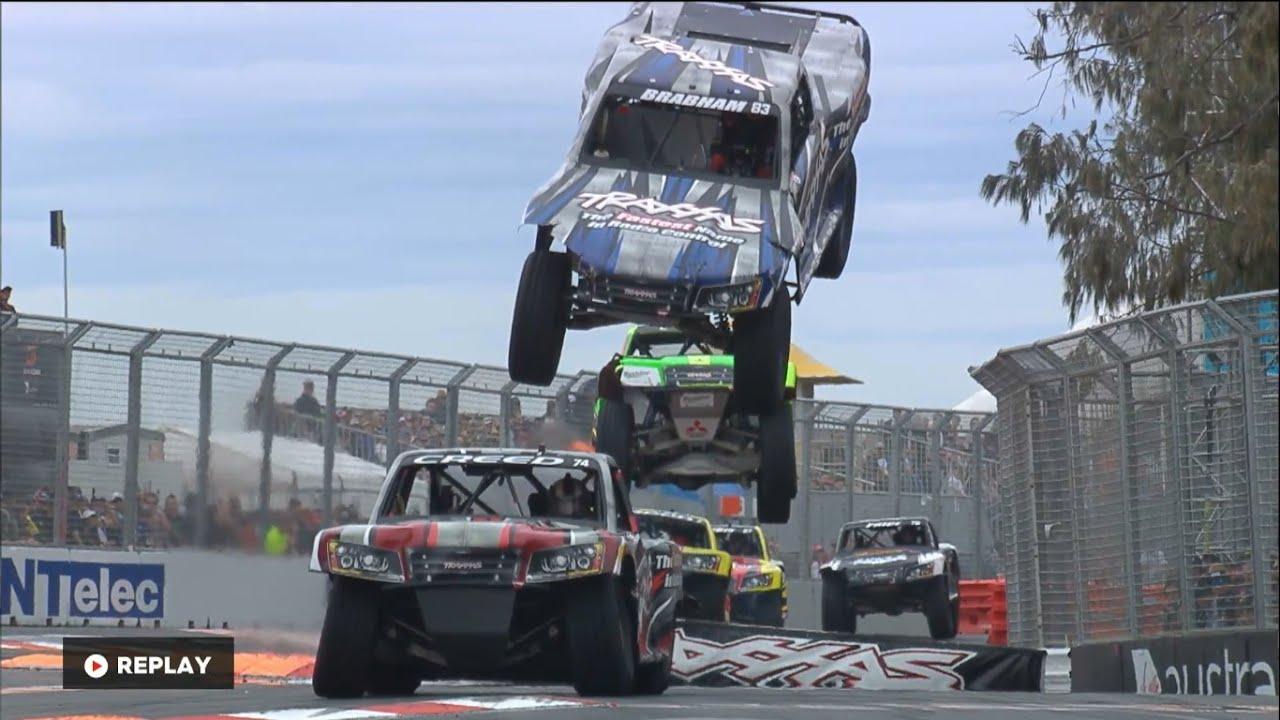 オンロードなのにジャンプしまくる自動車の障害物レースが凄い!!