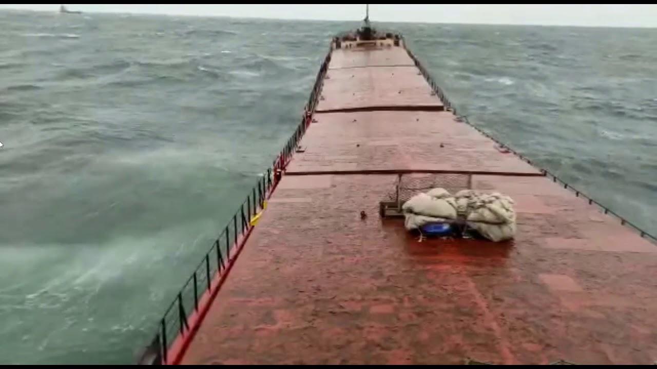 驚愕!嵐の荒波で貨物船が真っ二つに折れてしまう・・・