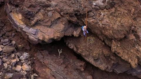 火山岩で覆われた岩山_01