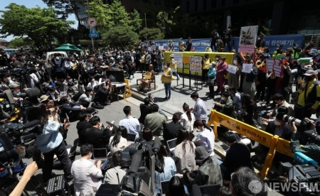 いやいや、バカから金を巻き上げる場だよ ~ 【韓国】 日本に謝罪を要求する場だった韓国の水曜集会が大荒れ、誹謗中傷飛び交う