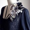 結婚式コサージュ・ラメ入りの白と黒の花びら重ねてエレガント