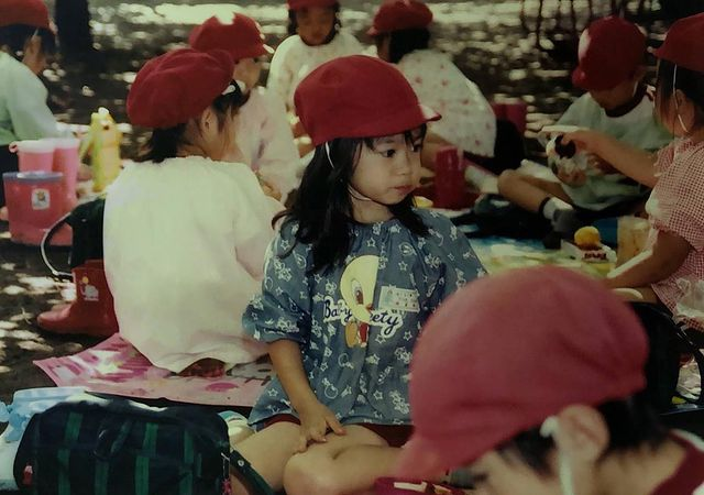 寺田蘭世「4歳のときの写真です。パーマをあててます。」