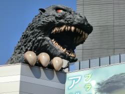 ゴジラヘッド 新宿駅東口記事2