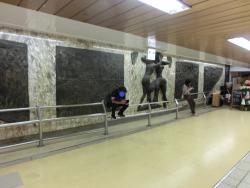 大きなレリーフ1 新宿駅西口記事