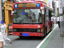 狭い道を走るバス 自由が丘芸能人自宅とれすとらん・カフェ1