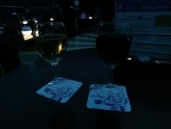 白ワインと赤ワイン 羽田空港プラネタリウムカフェ