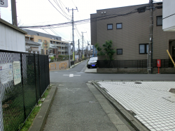 十字路を右に曲がる 三田用水跡散策1