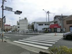 信号を渡る 三田用水跡散策1