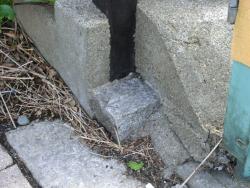 建物の両側にある境界石2 三田用水跡散策3