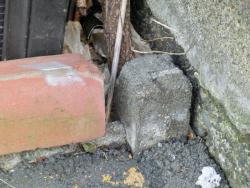 建物の両側にある境界石1 三田用水散策3