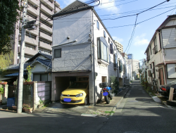 細長い家並み 三田用水跡散策4