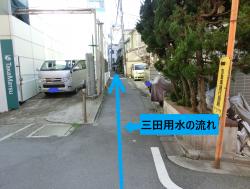 細い路地を進む 三田用水散策4