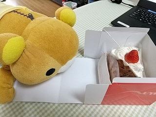 ケーキを狙うチビ