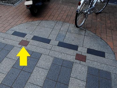 すすきの 歩道舗装デザイン ドーム型? 茶色のタイルのアクセント
