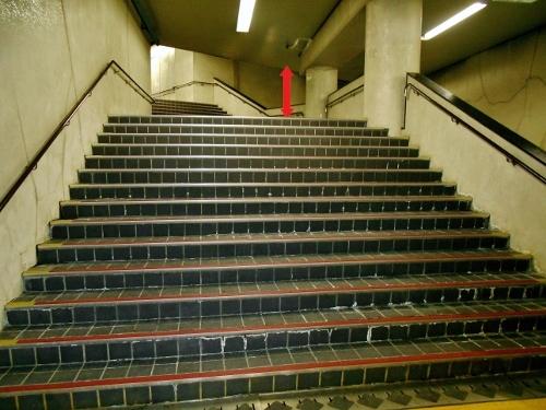 地下鉄二十四軒駅 6番出口 階段-2