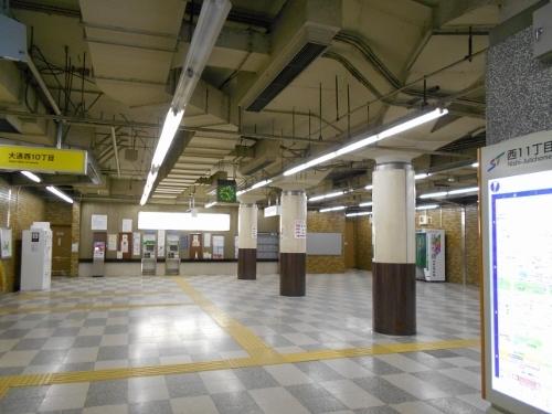 地下鉄西11丁目駅 コンコース天井 ダクト、水平構造材