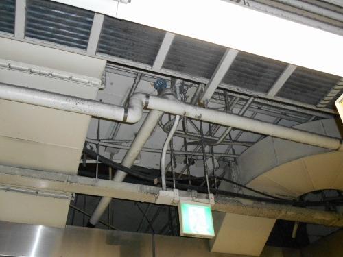 地下鉄西11丁目駅 コンコース天井 ダクト-接写-2