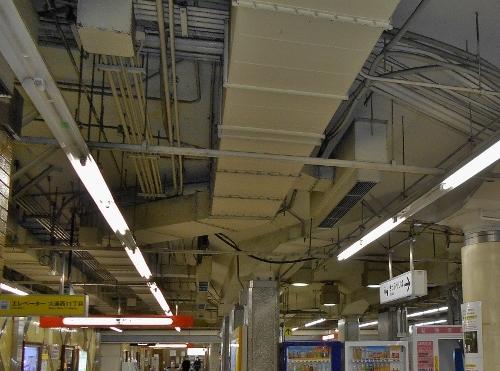 地下鉄西11丁目駅 コンコース天井 ダクト-接写