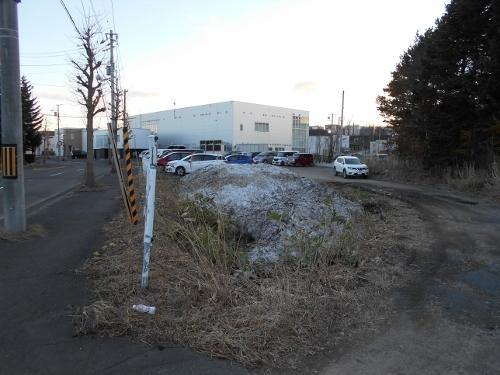 青葉町11丁目 下野幌第1排水 ③ 弯曲の道のわきのくぼみ
