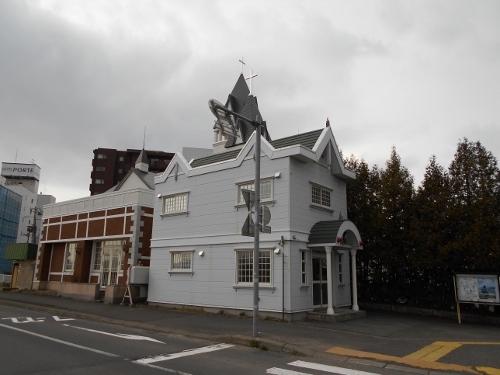 豊平橋交番と背後の教会