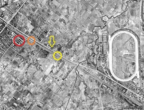 空中写真1948年 泰和踏切と電修場踏切の間を流れる川