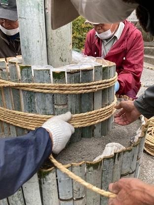 竹を回し縄結び