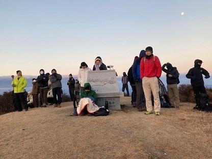 山頂で日の出を待つ登山者