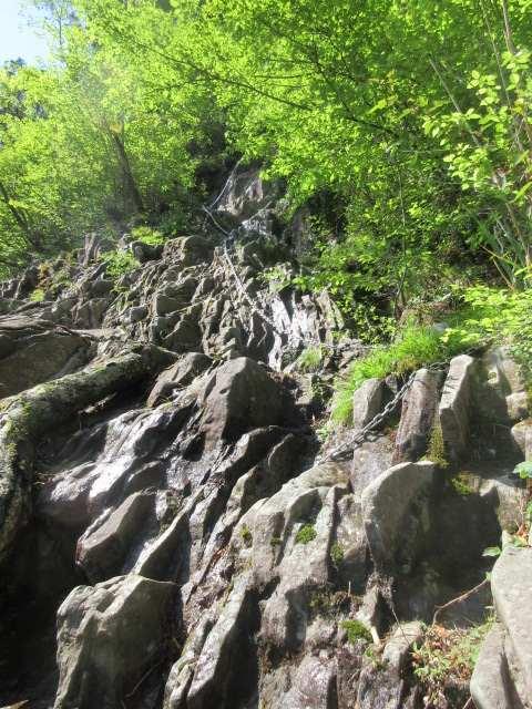 IMG0018JPG見上げる笈吊岩