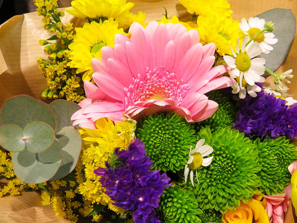 フィンランド 花束 ピンク 黄色 Kukkakimppu