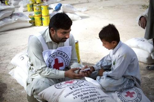 03b 600 ICRC food distribution