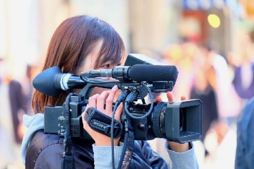 04c 600 female cameraman