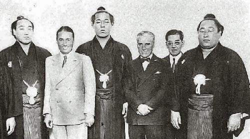 04c 600 Chaplin and sumo wrestlers