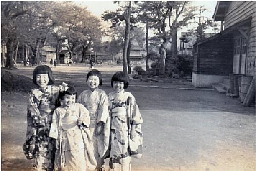 01a 600 1956 S31 4月 girls 新井小前庭南方向