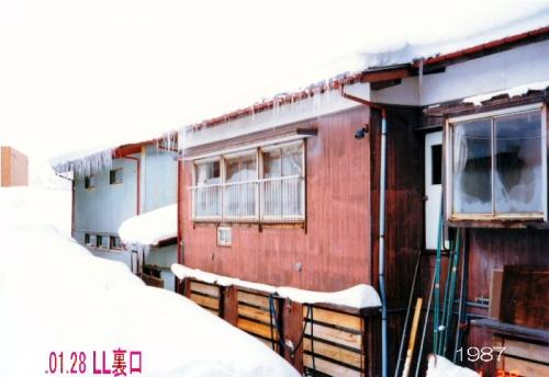 01ba 700 19870128 雪に埋まった教室裏口